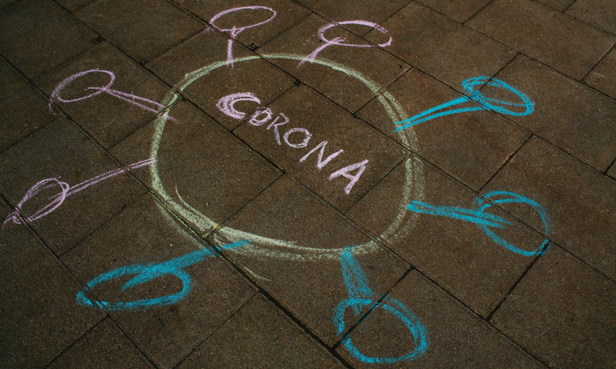 Coronavirus in Kreide auf die Straße gemalt